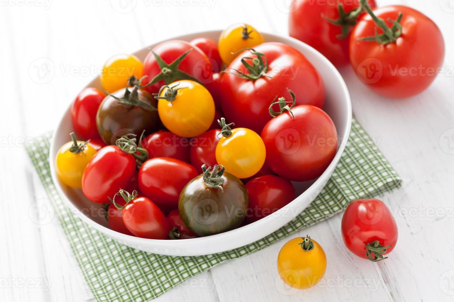 plaat met kleurrijke tomaten foto