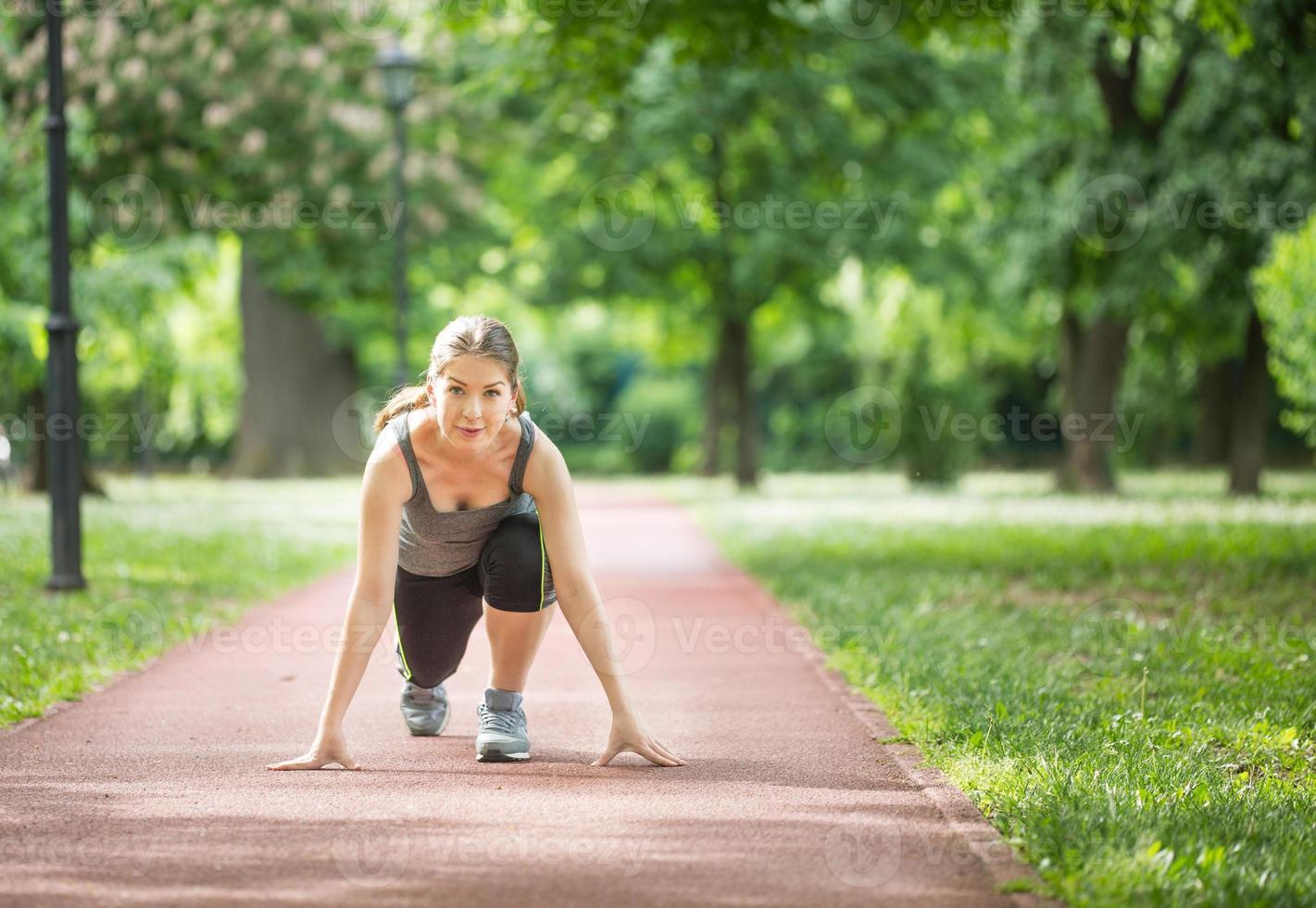 vrouw klaar om te rennen foto
