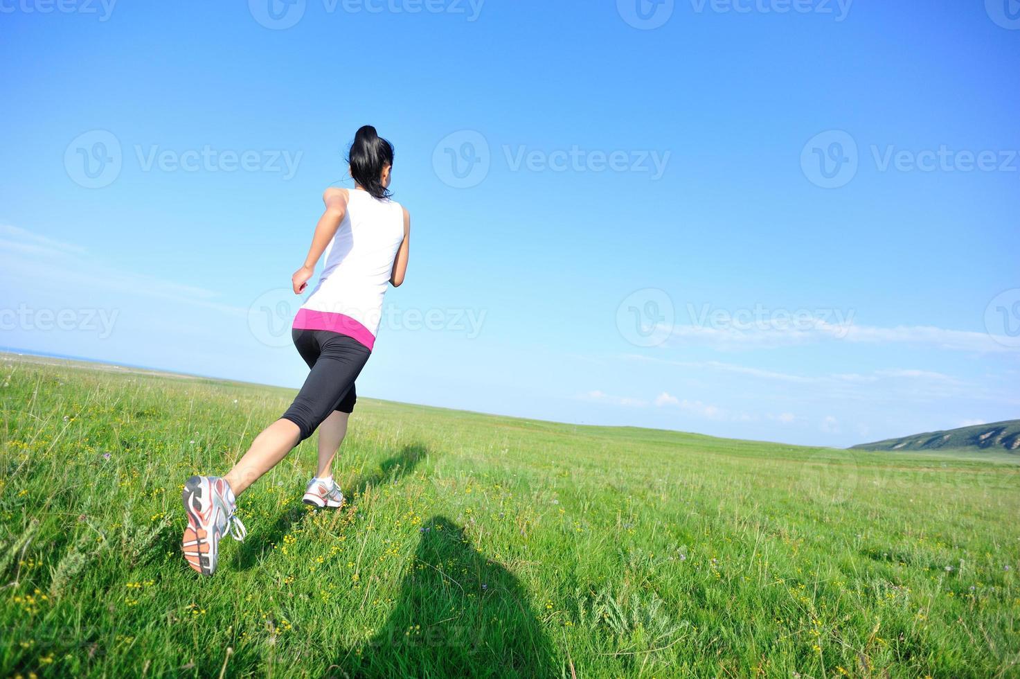 atleet draait op grasland foto