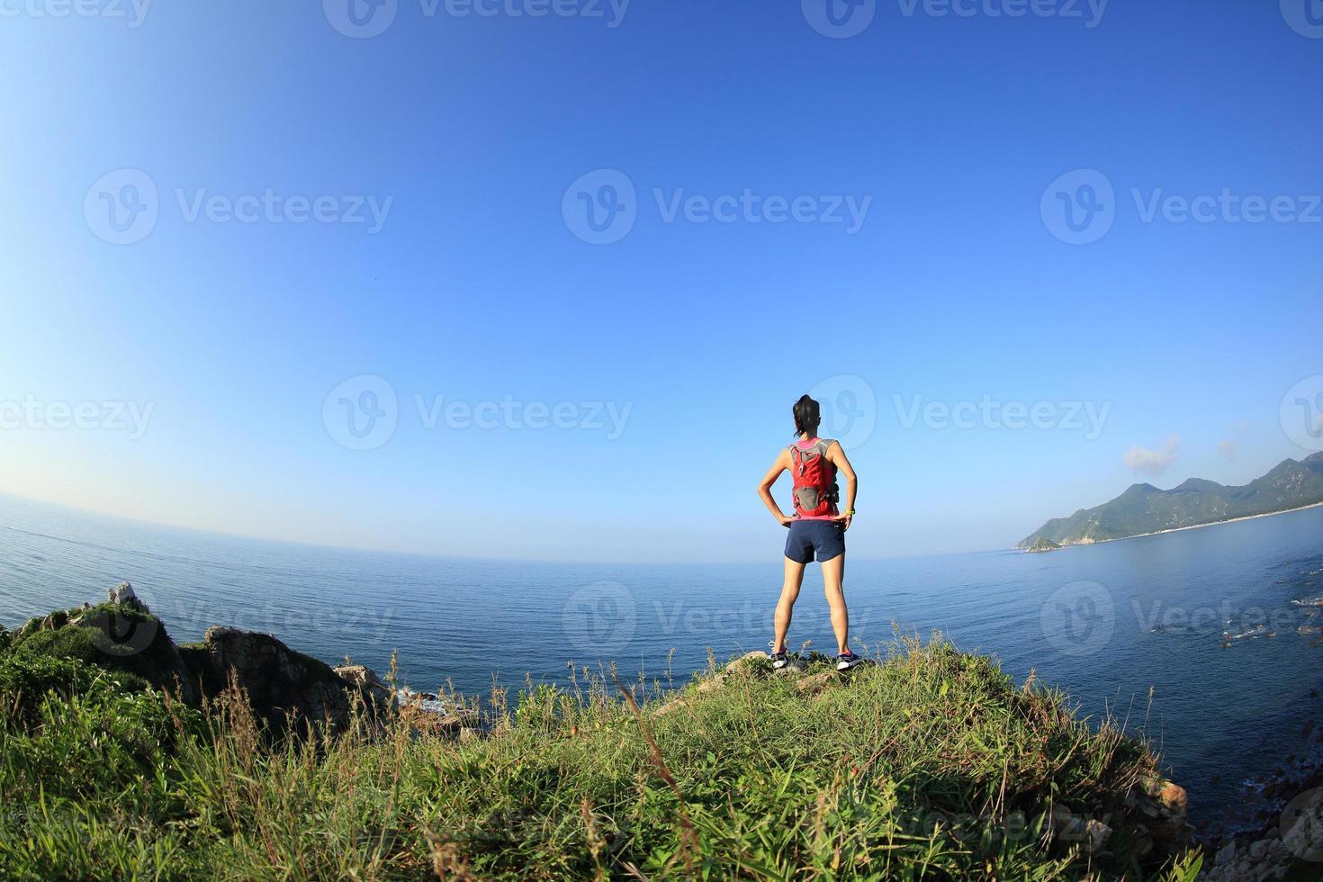 jonge fitness vrouw trail runner genieten van het uitzicht foto