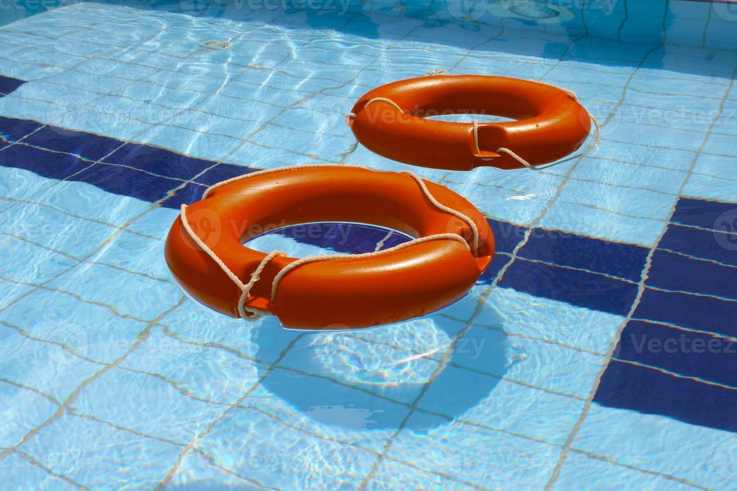 twee reddingsboei in zwembad foto