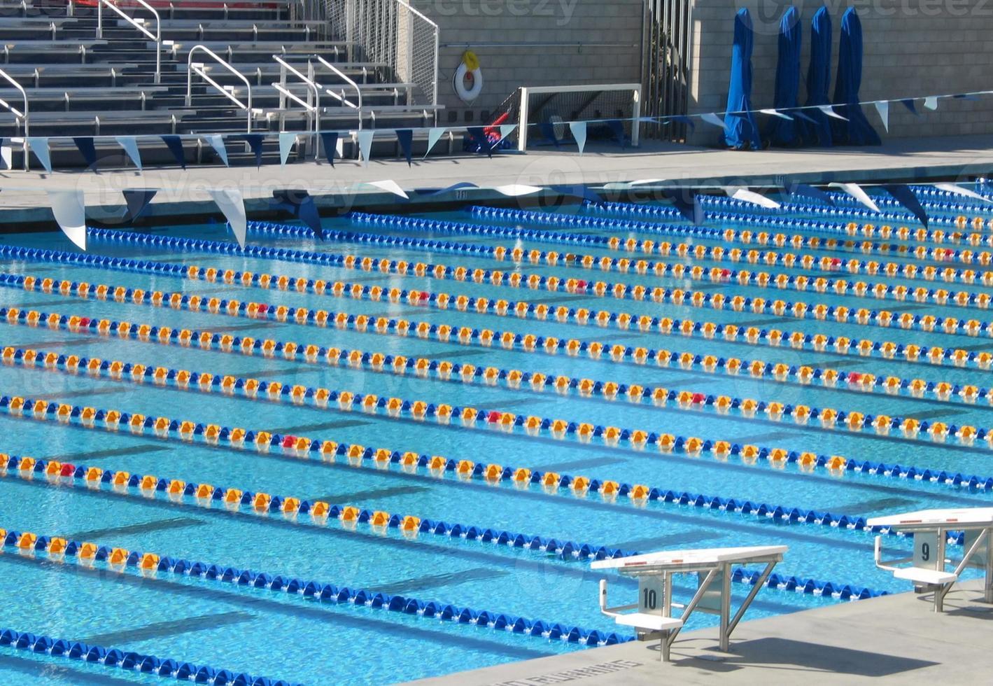 groot zwembad met meerdere banen foto