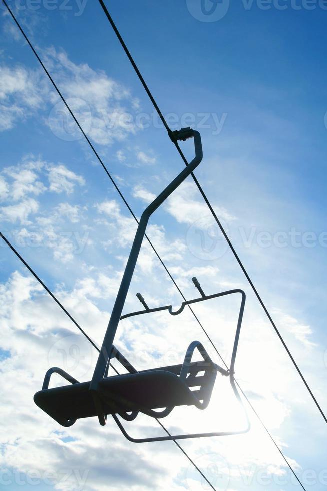 stoeltjeslift in de zon met blauwe hemel foto