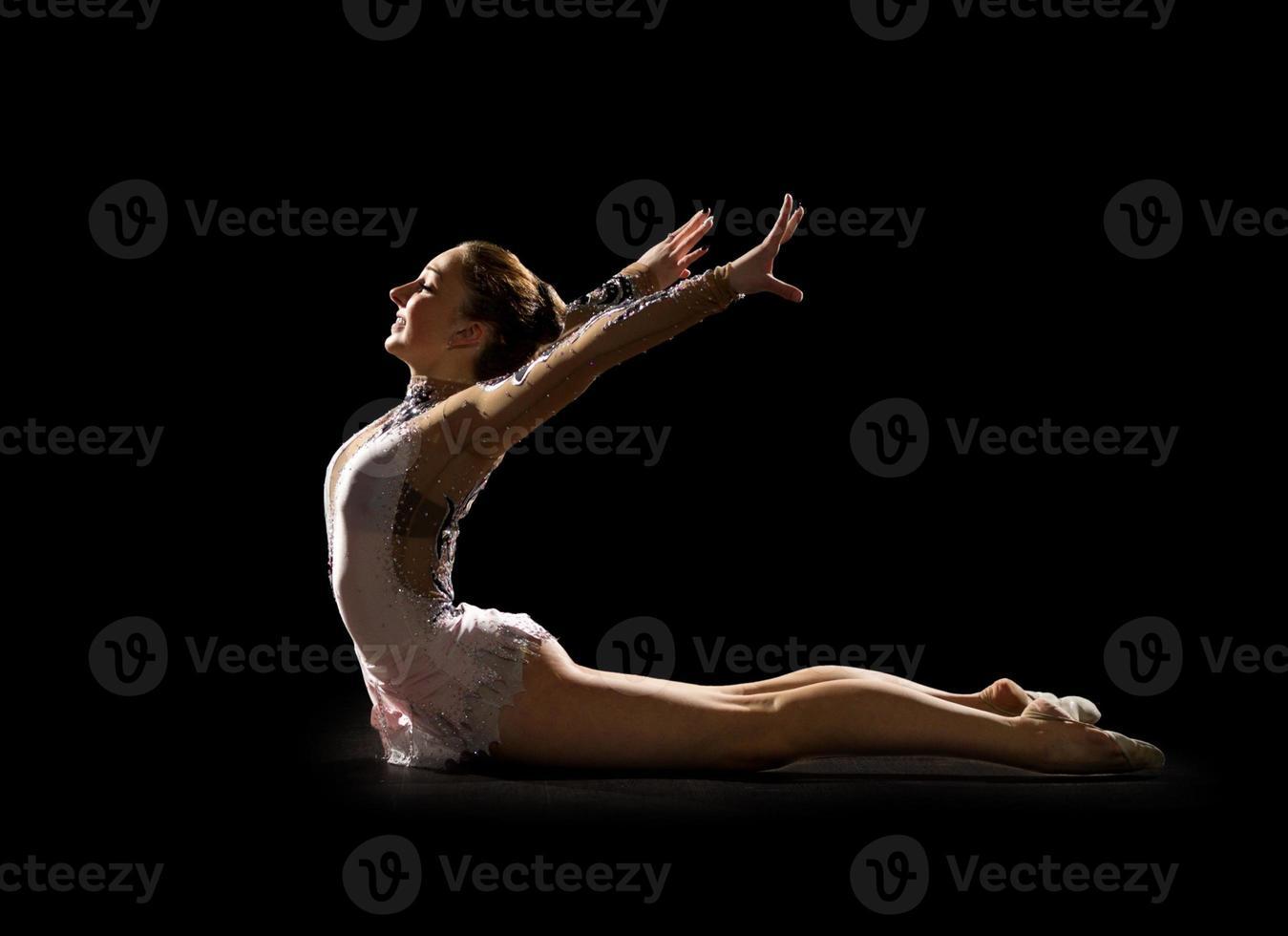 jong meisje bezig met gymnastiek kunst foto