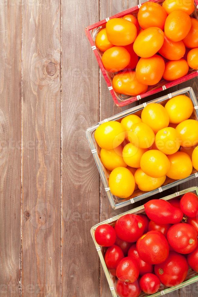 kleurrijke tomaten op houten tafel foto