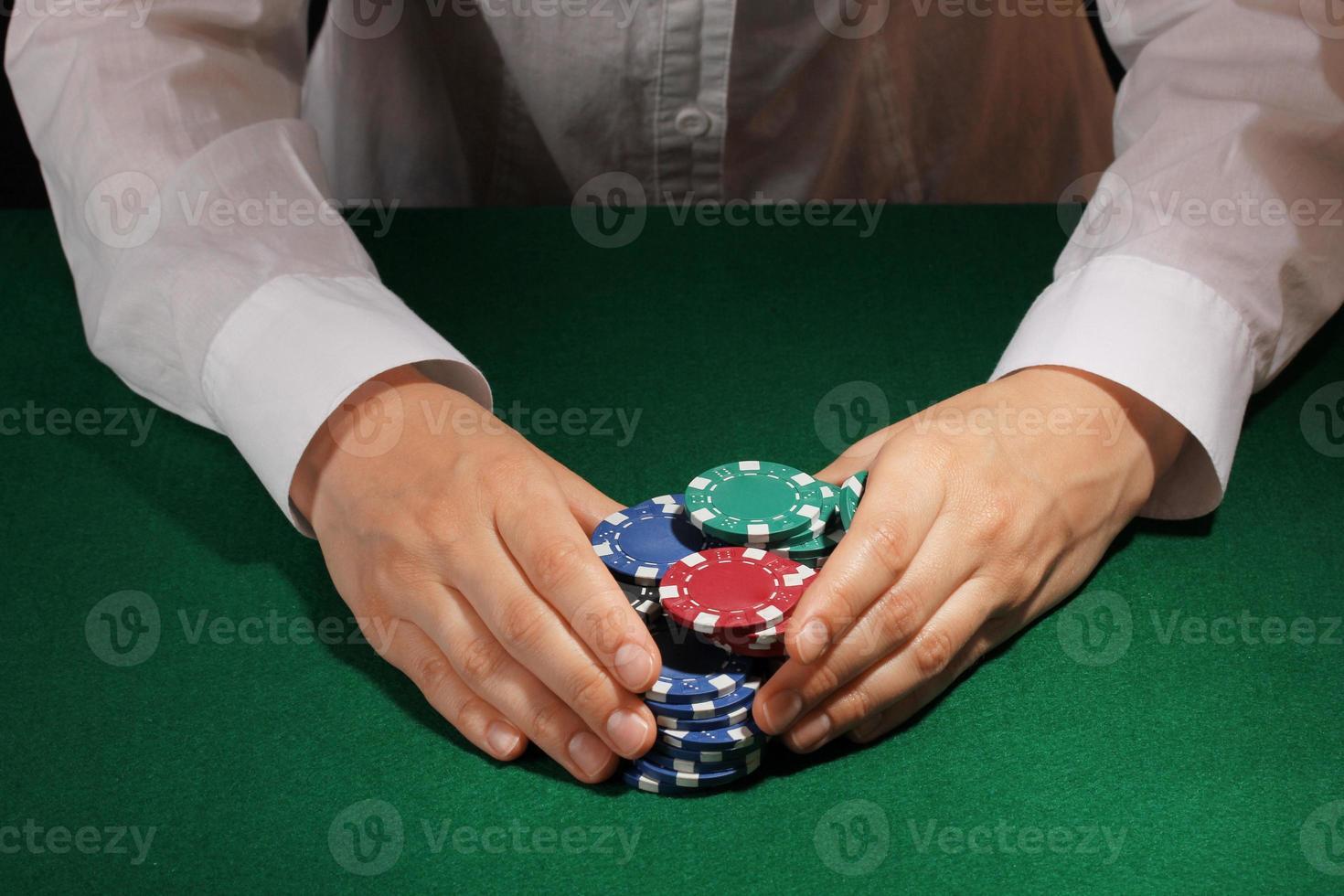 winnen in poker op groene tafel foto