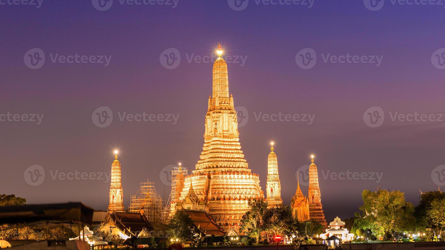 wat arun tempel tijdens zonsondergang in Bangkok, Thailand. foto