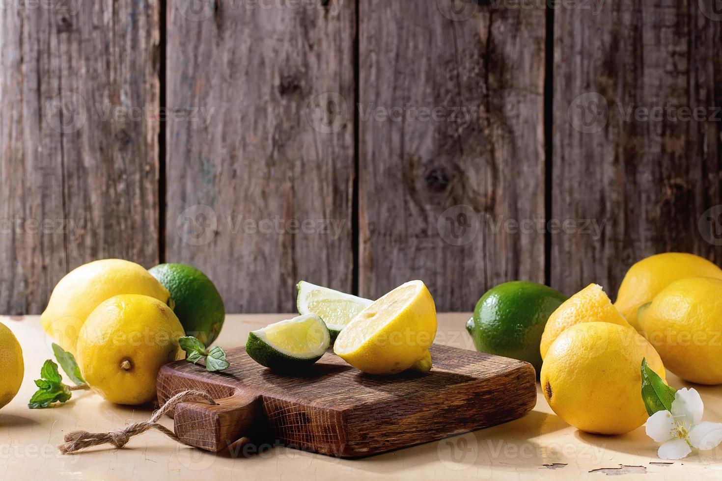 citroenen en limoenen foto