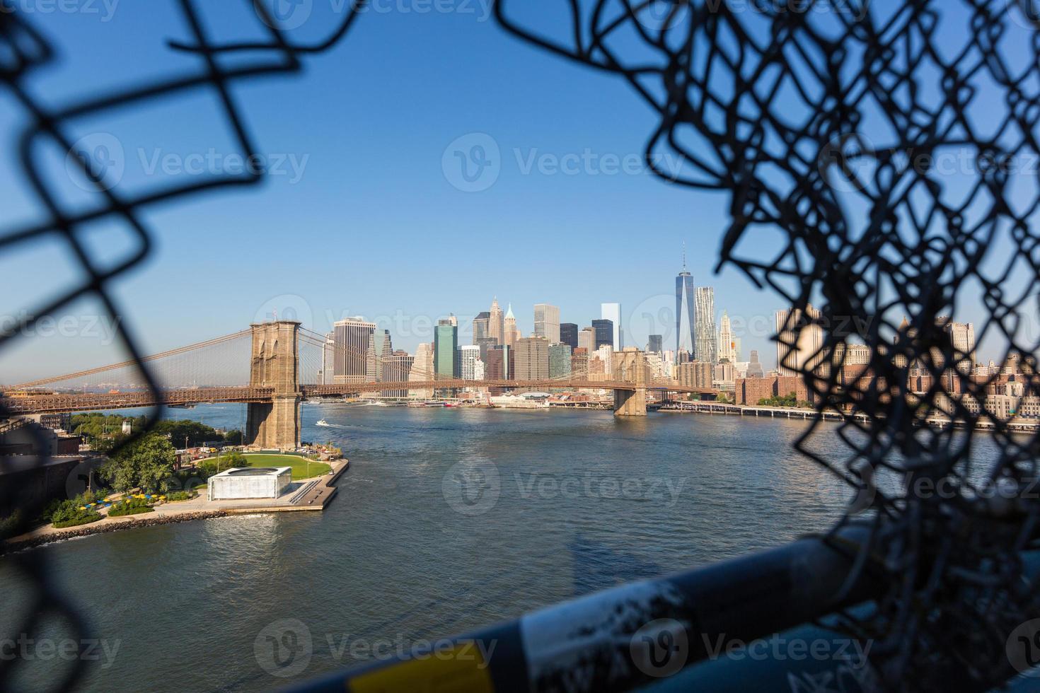 Brooklyn Bridge en de skyline van het centrum in New York foto