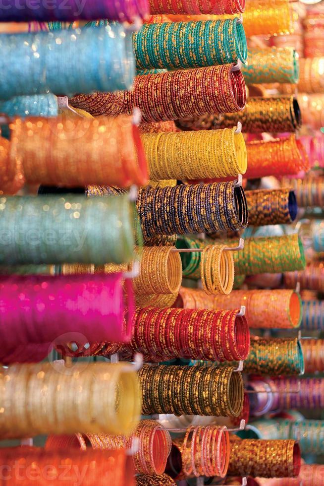 kleurrijke armbanden verkocht op de markt foto