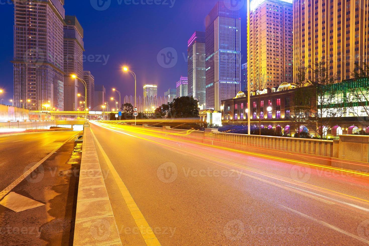 stad bouwen straatbeeld en weg van nachtbeeld foto