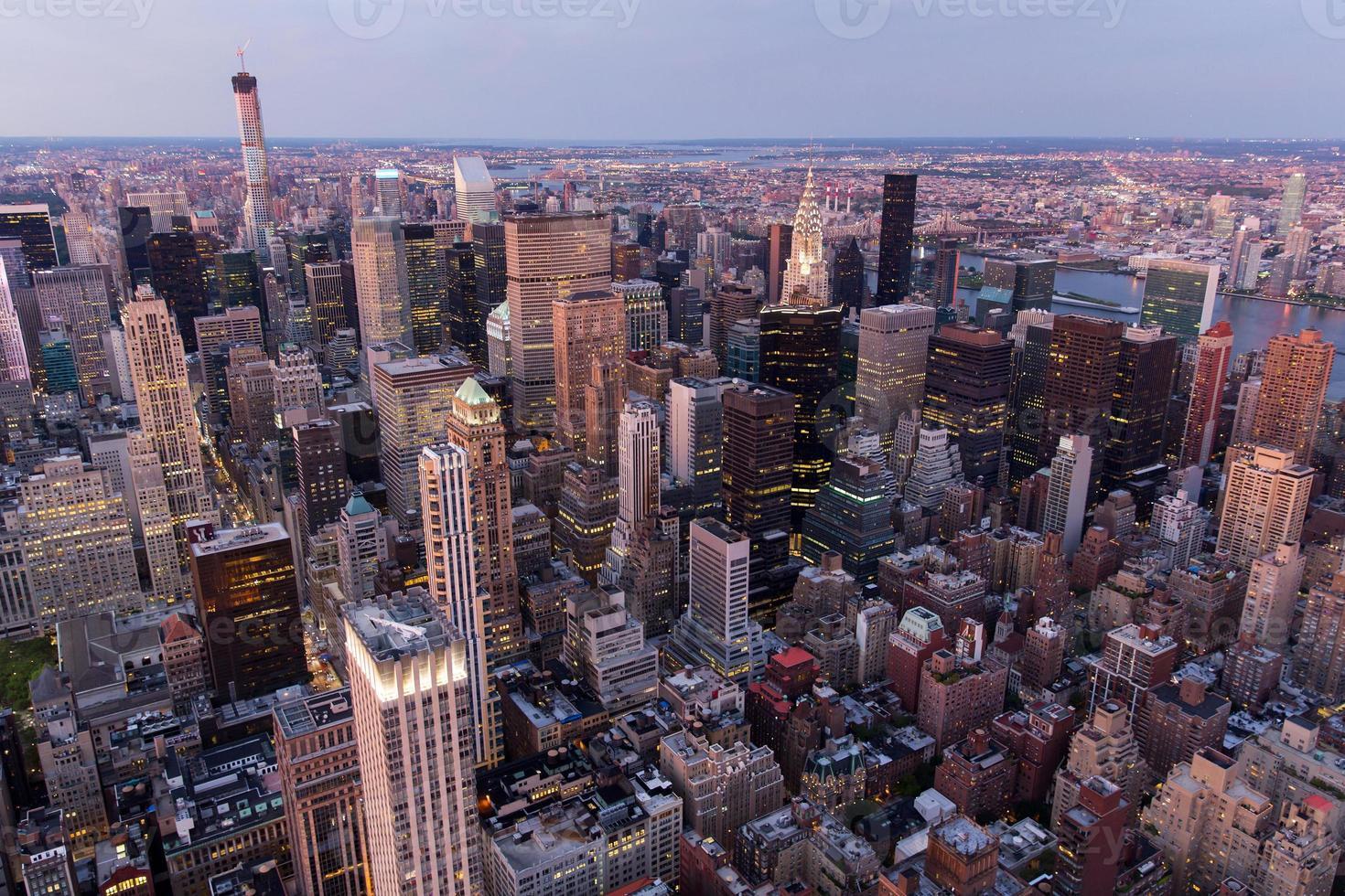 New York City met wolkenkrabbers bij zonsondergang foto