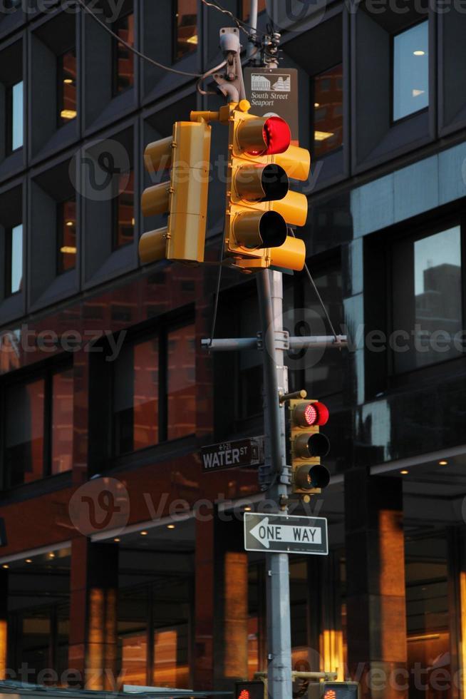 rood verkeerslicht in new york city foto