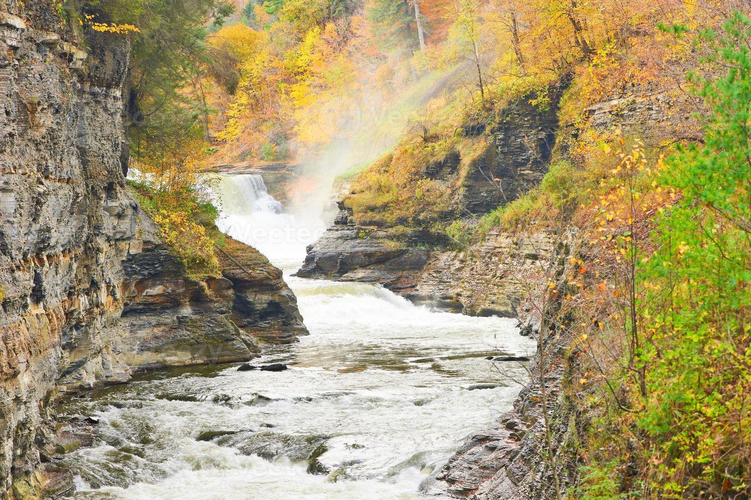herfst scène van watervallen en kloof foto
