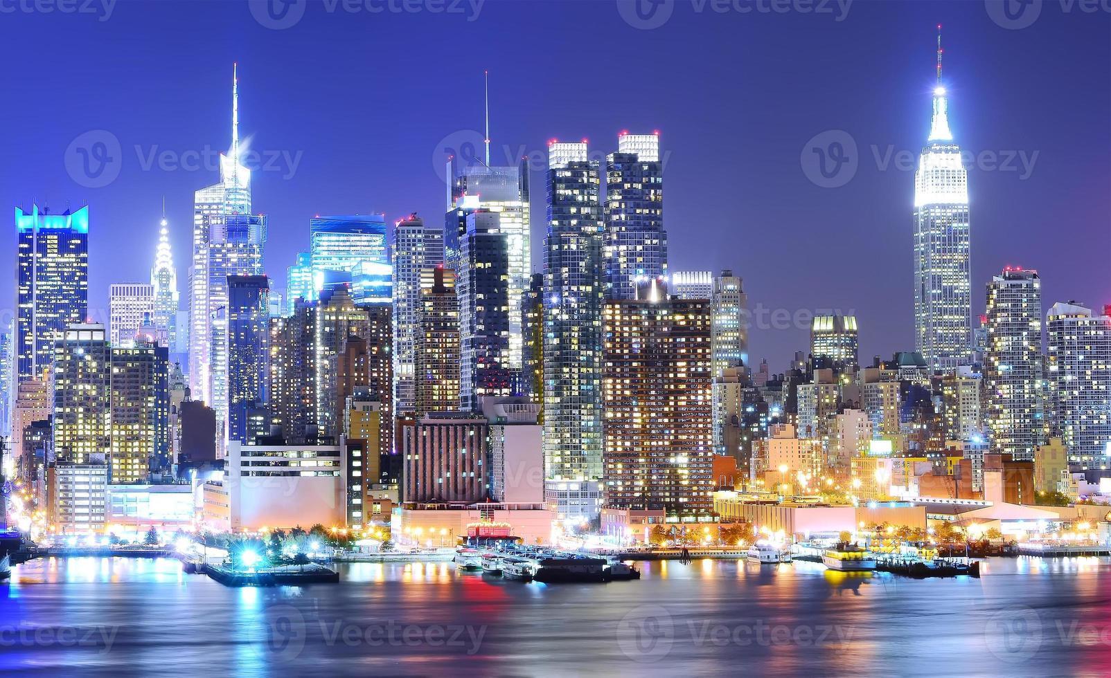 manhattan skyline 's nachts. foto