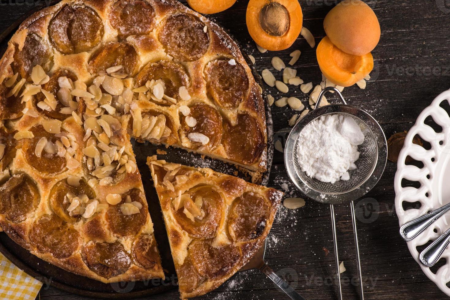 zelfgemaakte abrikozentaart met amandelen en vers fruit foto