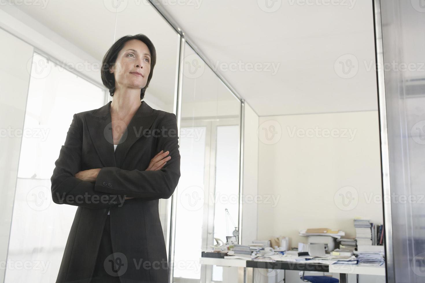 zakenvrouw staande armen gekruist in functie foto
