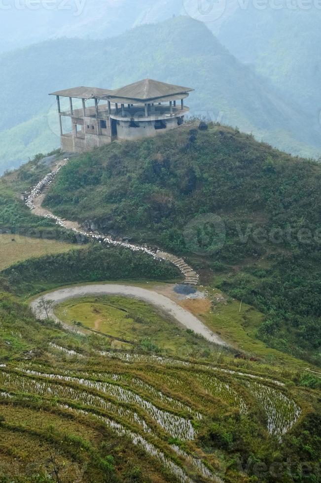 oude structuur van chalet op de top van de berg Saba foto