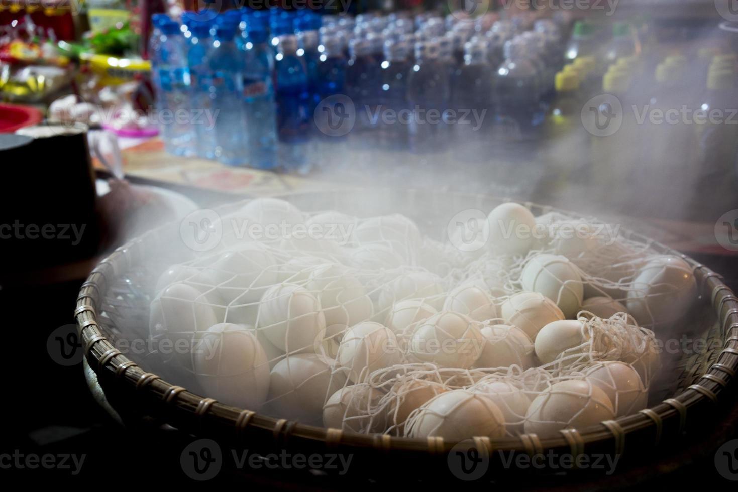 gekookte eieren voor verkoop foto