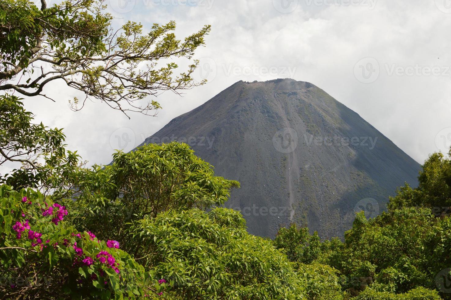 perfecte piek van de actieve izalco-vulkaan in el salvador foto
