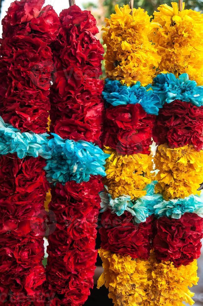 geel, blauw, rood, paars, magenta gekleurde bloemenkrans foto