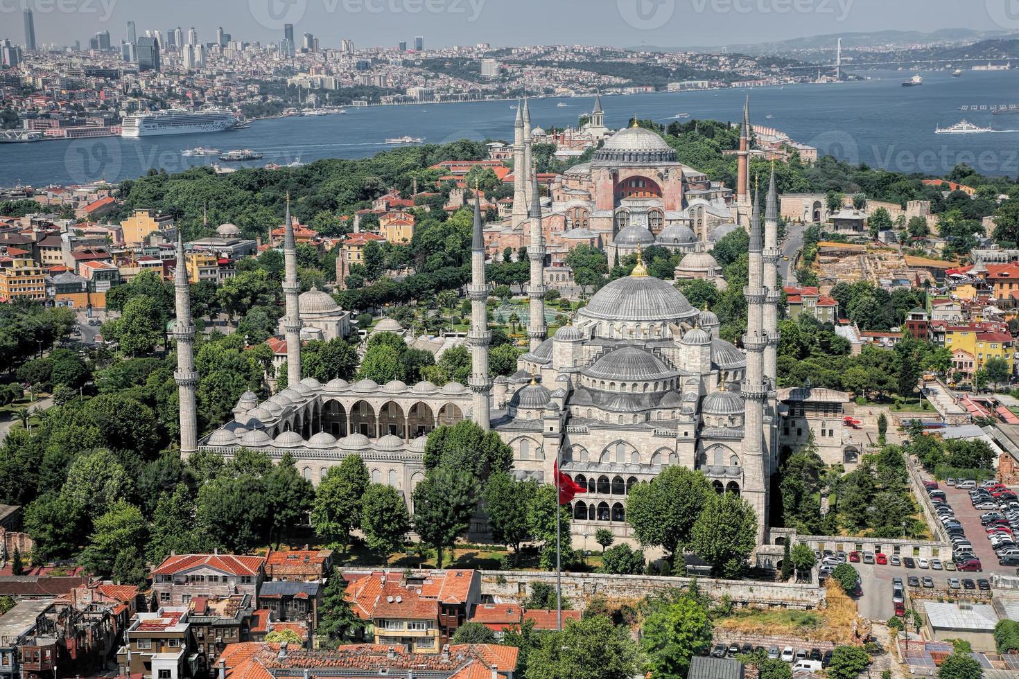 luchtfoto van blauwe moskee en hagia sophia in istanbul foto