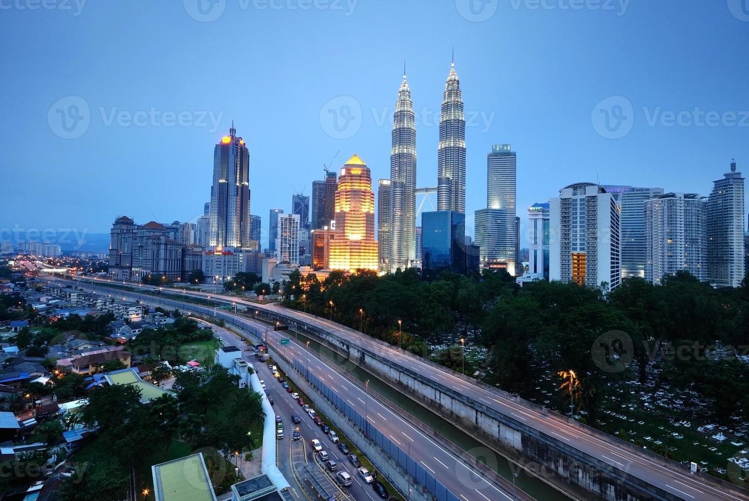 horizontaal schot van Kuala Lumpur-stadsgezicht nachtlandschap foto