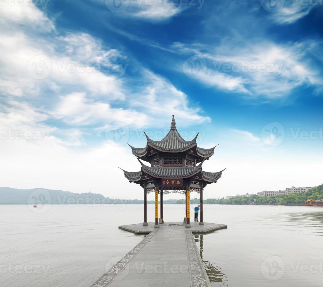oude paviljoen op het westelijke meer in hangzhou, china foto