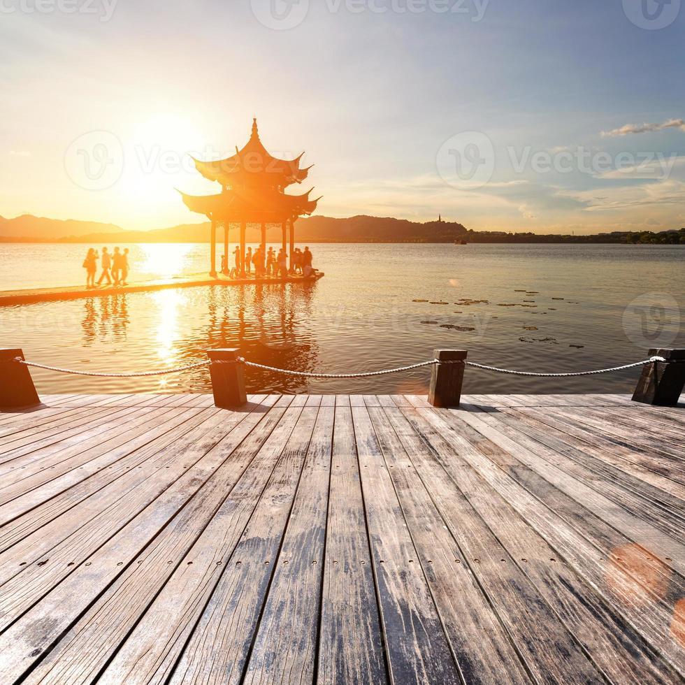 oud paviljoen in hangzhou met zonsonderganggloed foto