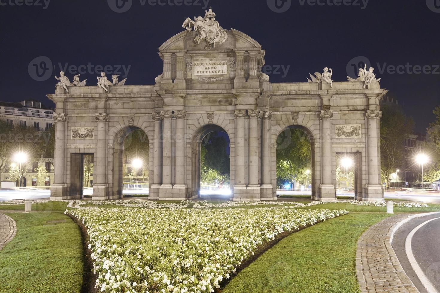 's nachts Madrid. puerta de alcala. Spanje foto