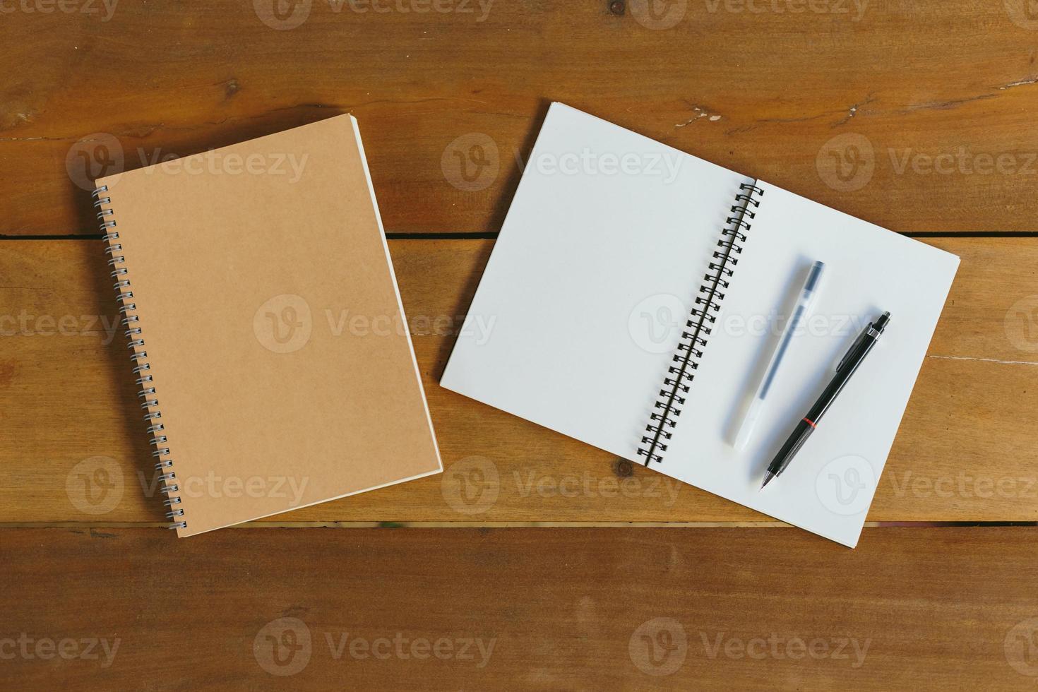 pen, potlood en notitieblok. plat lag stijl foto