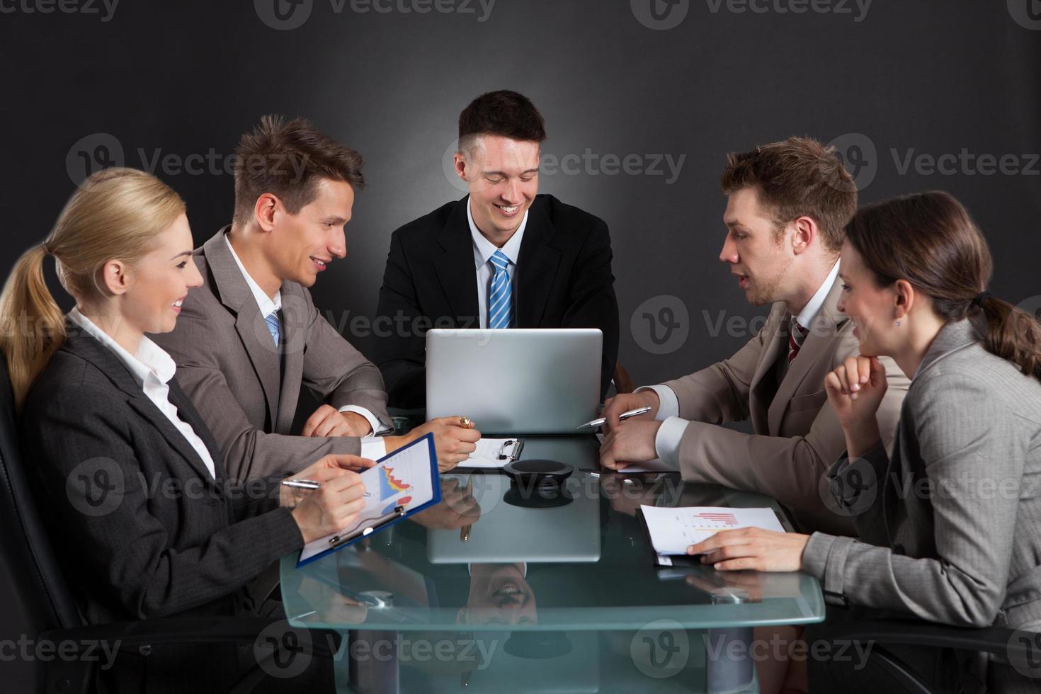 mensen uit het bedrijfsleven bespreken in conferentiebijeenkomst foto