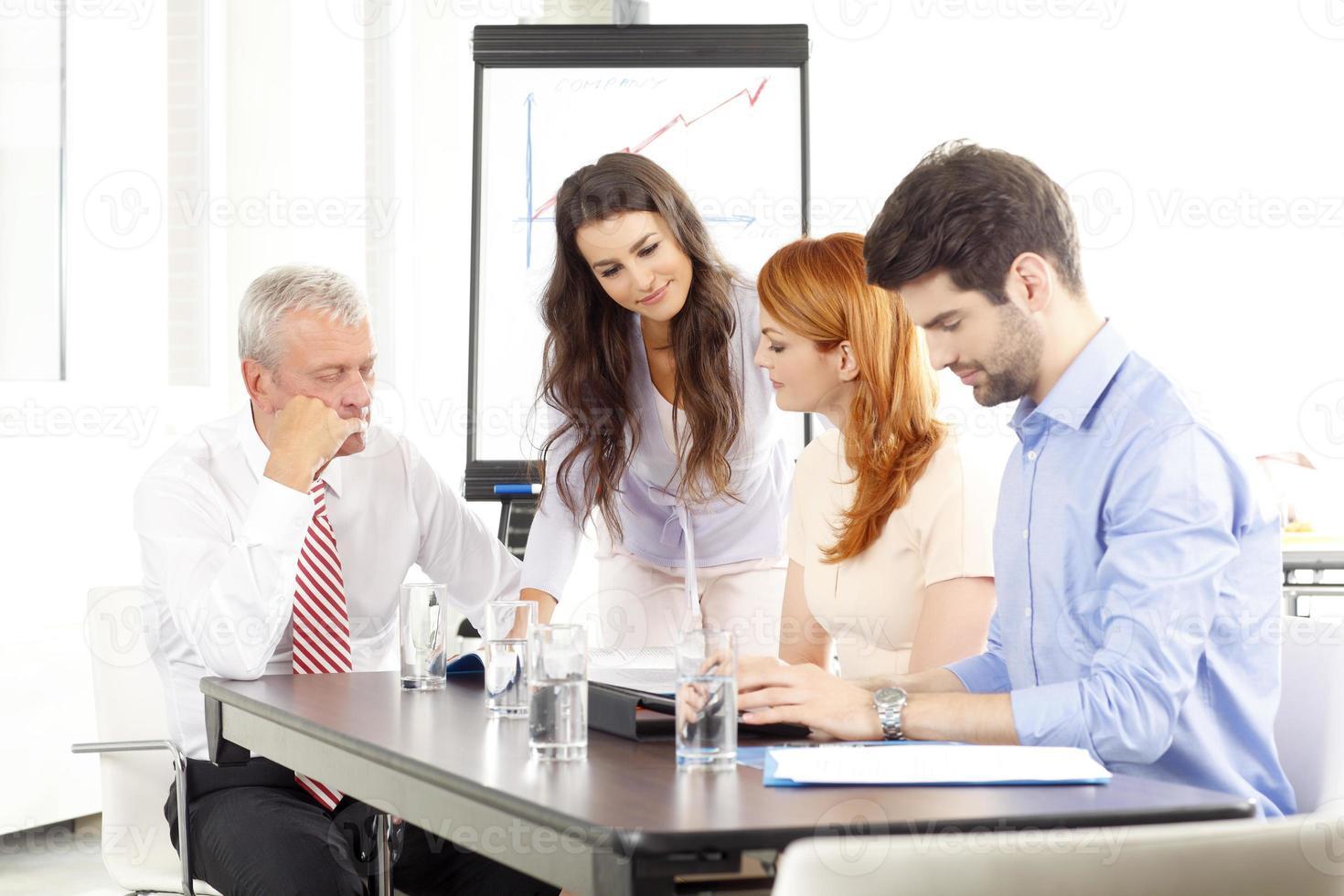 mensen uit het bedrijfsleven bespreken in een vergadering foto