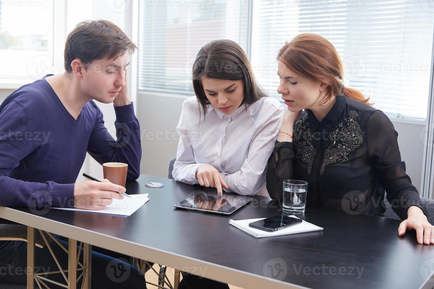 drie zakenlieden samen iets bespreken foto