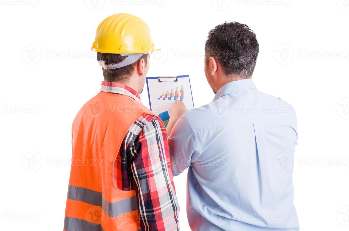 bedrijfsontwikkelaar en aannemerbouwer die grafieken bespreken foto