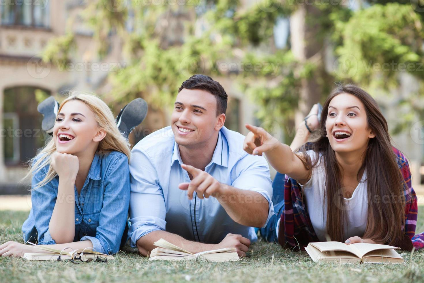 schattige jonge vrienden bereiden zich voor op examen foto