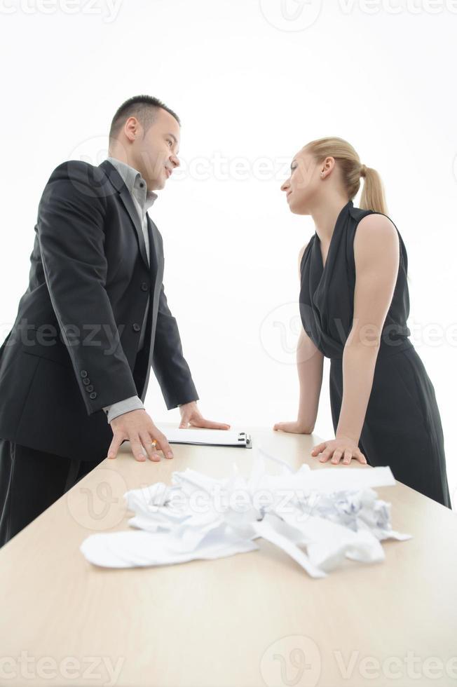 collega's bespreken iets met een stapel papier foto