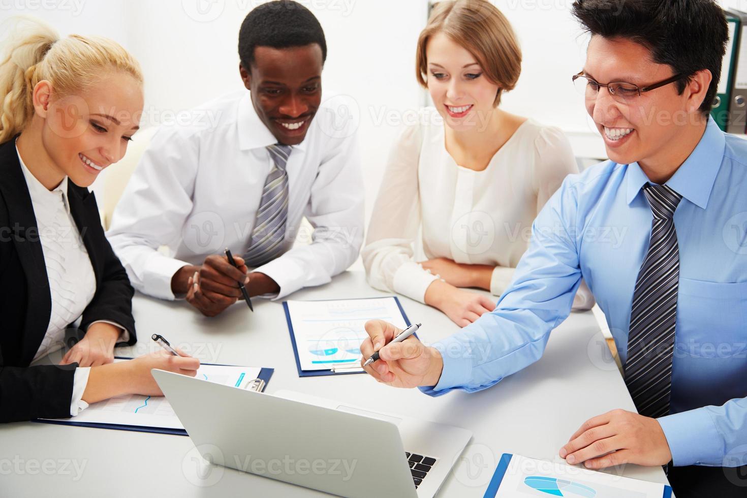 mensen uit het bedrijfsleven samenwerken. foto