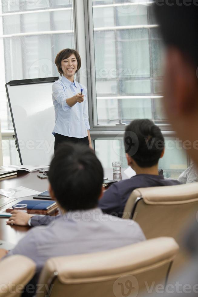 vrouw bedrijfspresentatie geven foto