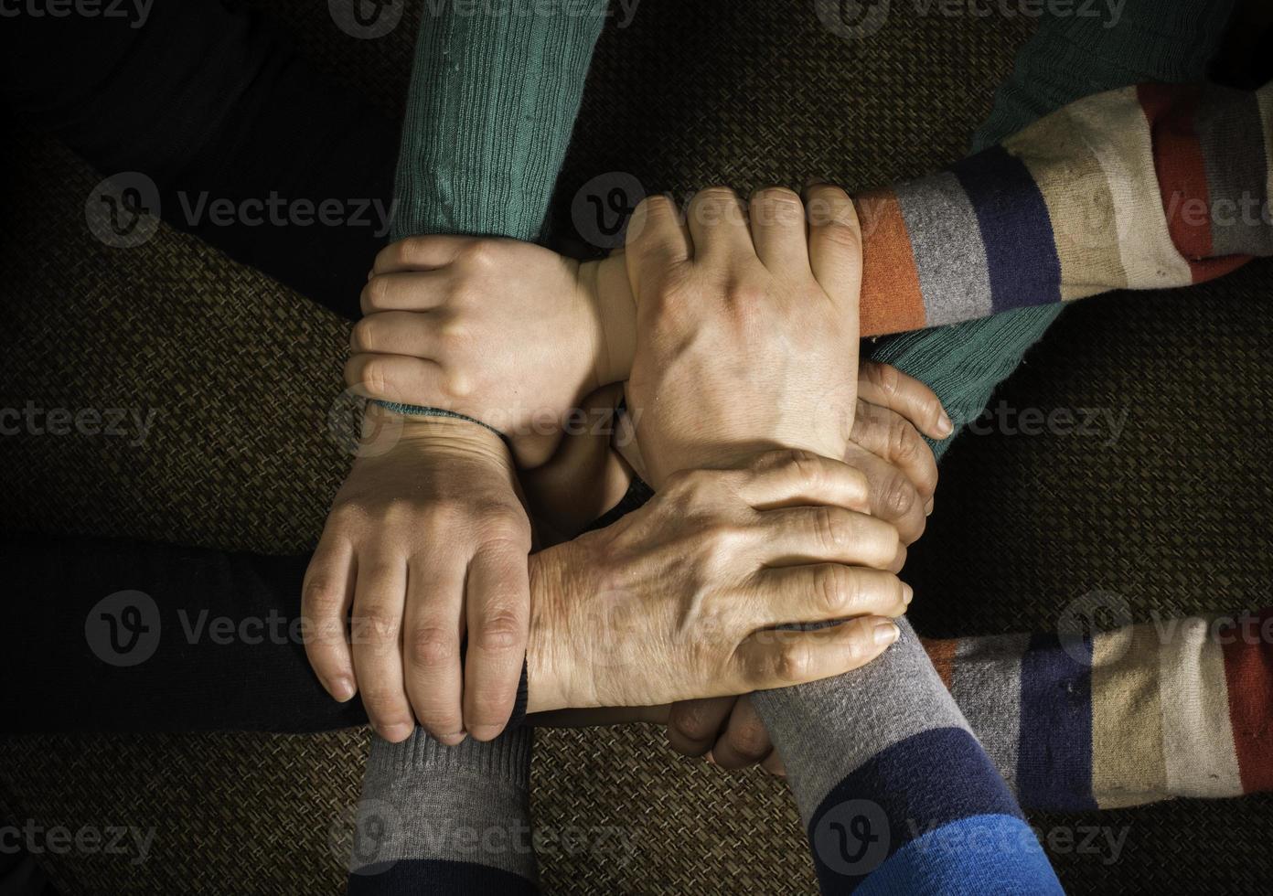 vele handen bij elkaar foto