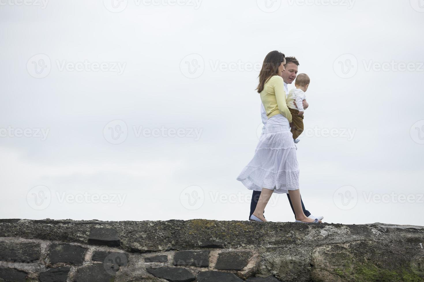 jong gezin samen op strand. foto