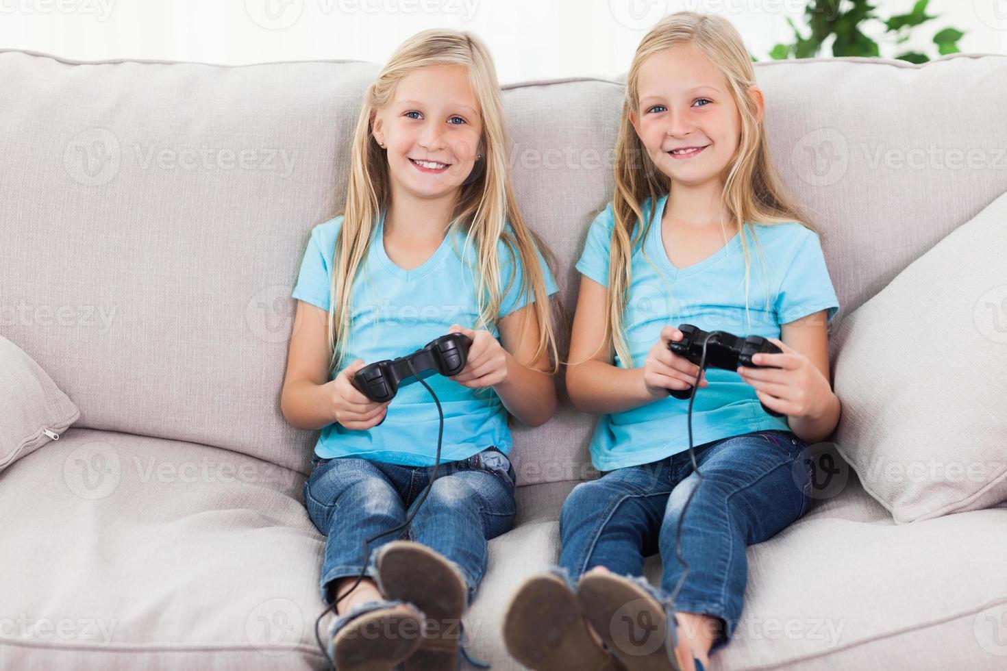 tweeling die samen videospelletjes speelt foto