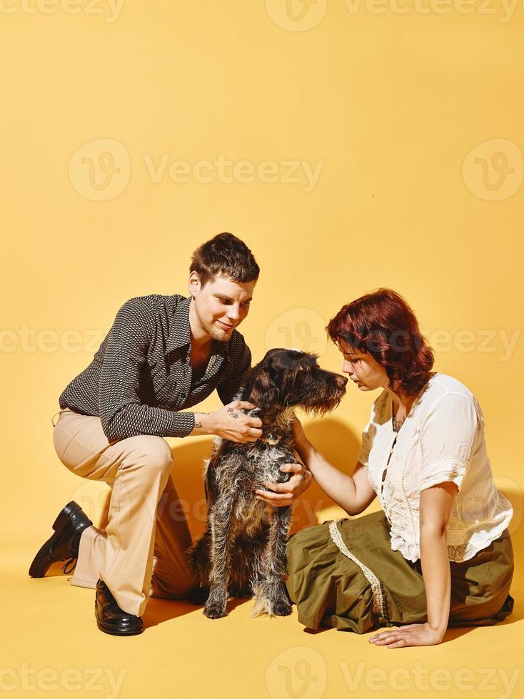 koppel en hond samen, 70's look thema foto