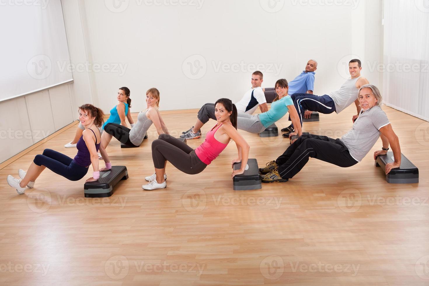 grote groep mensen die samen trainen foto