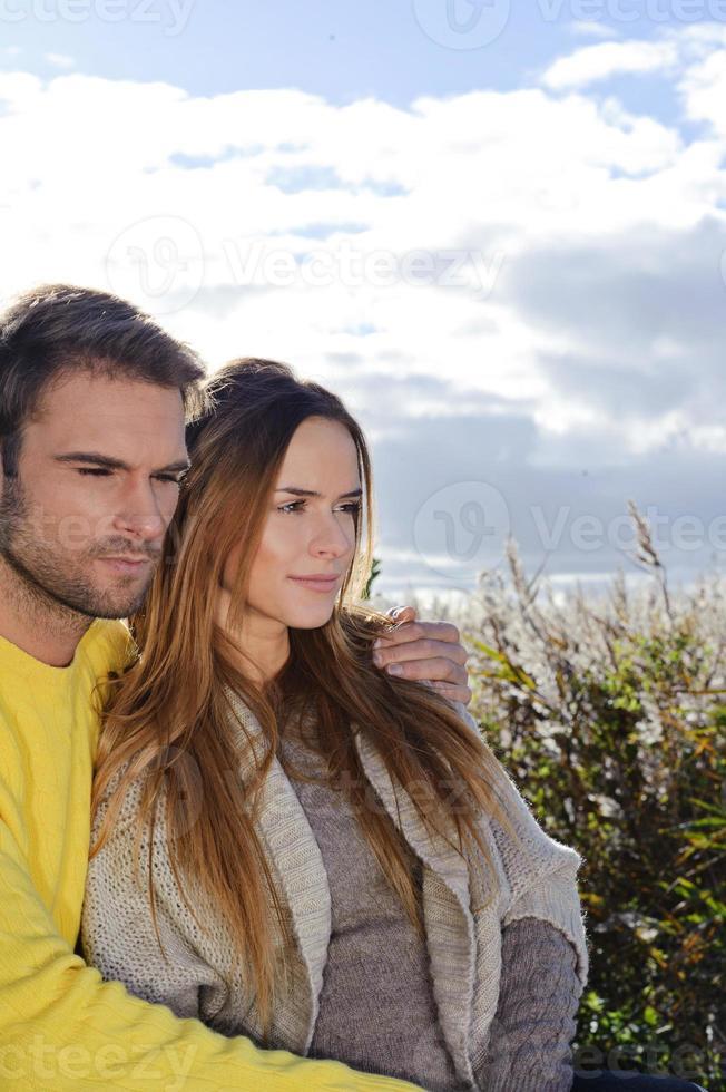 gelukkig paar van mannelijke en vrouwelijke samen omarmen foto