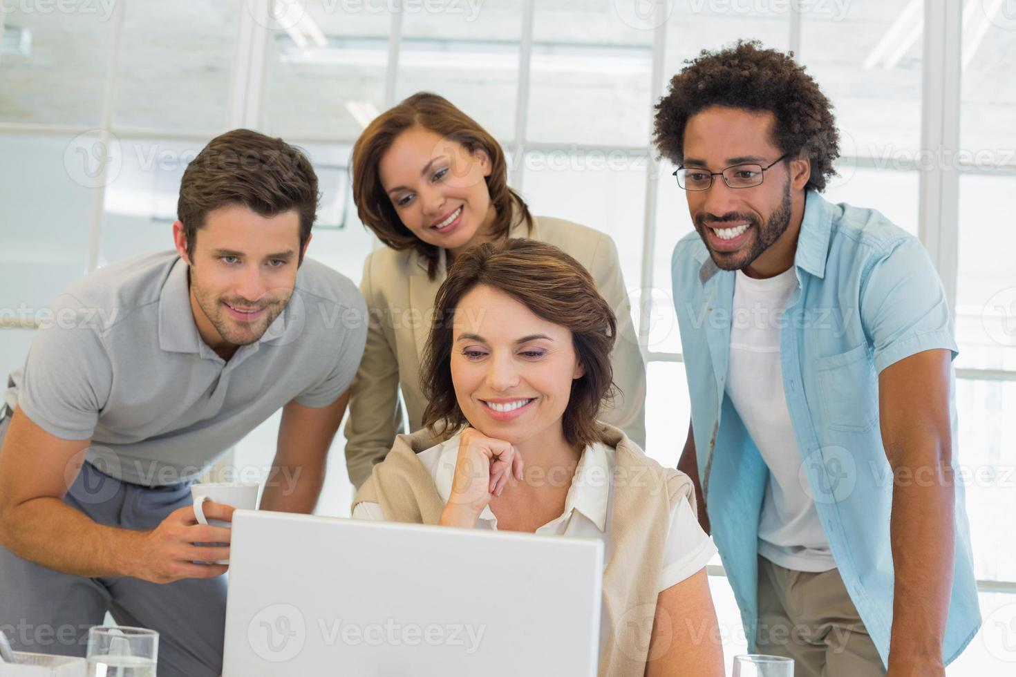 mensen uit het bedrijfsleven met behulp van laptop samen op kantoor foto