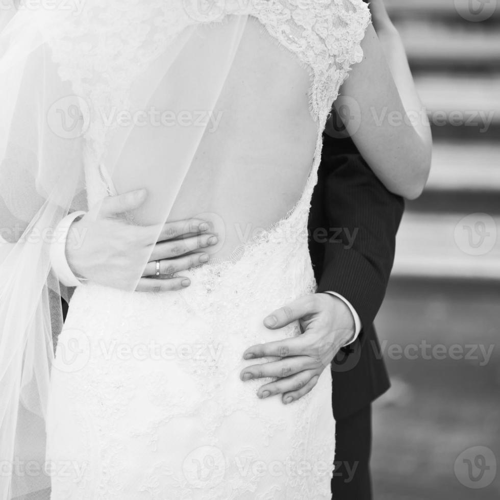 jonge Kaukasische bruidspaar. bruid en bruidegom samen. foto