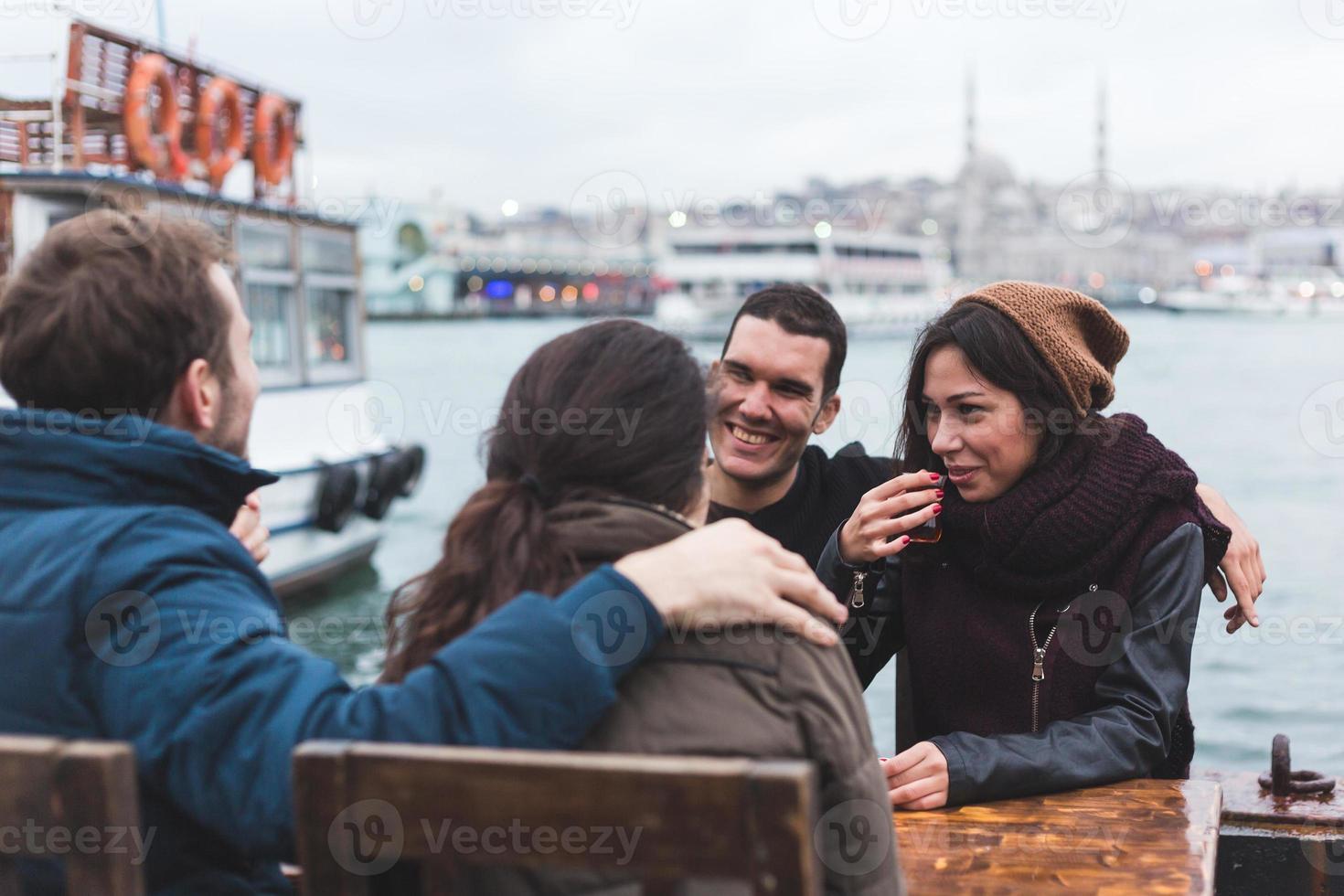 groep Turkse vrienden die cay, traditionele thee drinken foto