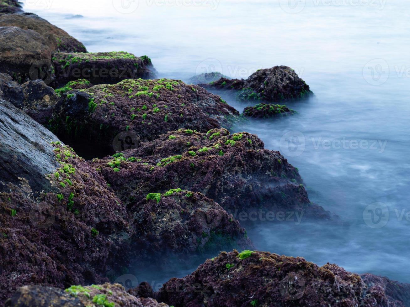 rotsen en zee lange blootstelling foto