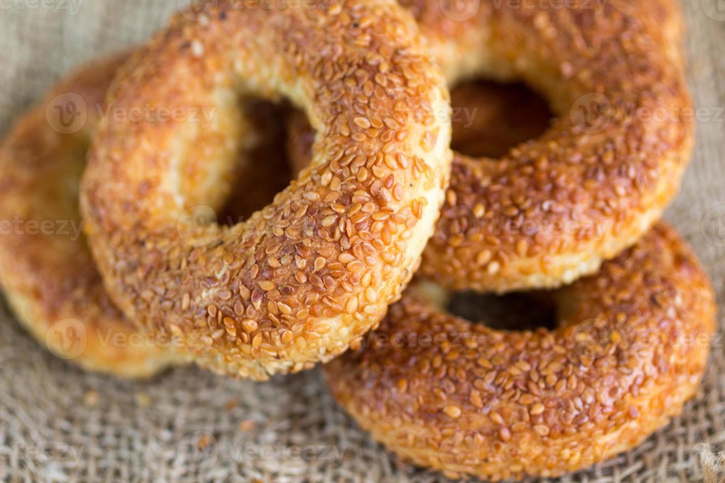 simit, een traditionele Turkse ronde bagel met sesamzaadjes foto